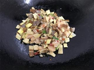 八宝辣酱,锅中倒入适量油,放入葱姜和辣椒酱,煸炒出香味。