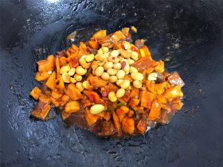 八宝辣酱,快速翻炒均匀后加入去皮的熟花生米翻拌均匀。