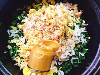 韭菜盒子+春天的味道,调入适量十三香,芝麻油