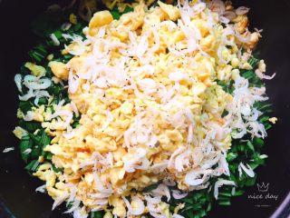 韭菜盒子+春天的味道,放入适量的虾米