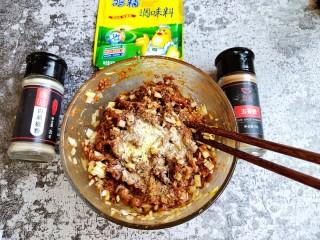 超喧软小笼包,加入一勺食用油,鸡精,白胡椒粉,五香粉和食盐调匀。