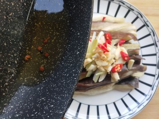 蒜香蒸茄子,油热出香味后泼在蒜末上