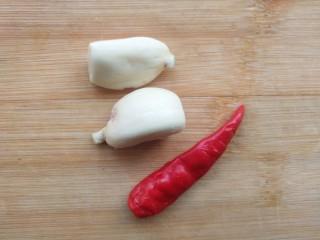 蒜香蒸茄子,准备小米辣和蒜瓣