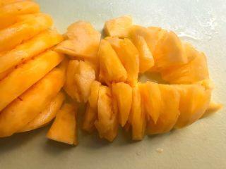 菠萝糖水,菠萝削掉外皮,再切成小块,你也可以买的时候让店家帮忙削好,这样更方便一点。