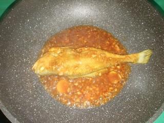 红烧黄花鱼,煮至汤汁浓稠