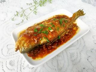 红烧黄花鱼,出锅后撒上适量葱花,开吃啦