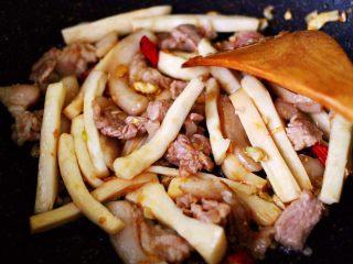 蒜香杏鲍菇青菜炒花肉,大火翻炒1分钟左右后。