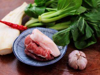 蒜香杏鲍菇青菜炒花肉,首先备齐所有的食材。