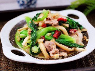 蒜香杏鲍菇青菜炒花肉,啦啦啦,营养丰富又美味的蒜香杏鲍菇青菜炒花肉就出锅咯。