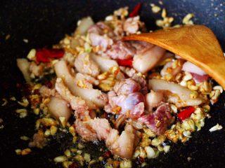 蒜香杏鲍菇青菜炒花肉,大火翻炒至五花肉断生变色的时候。