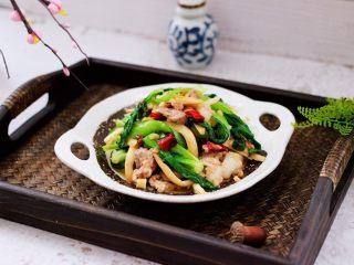 蒜香杏鲍菇青菜炒花肉,绝对好吃到爆的下饭菜。