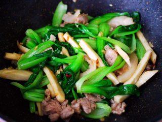 蒜香杏鲍菇青菜炒花肉,大火翻炒均匀即可关火。