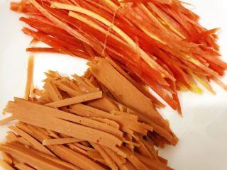 香酥黑椒手抓饼,将洗净、削皮的半截胡萝卜🥕切丝,3分之一的火腿切丝备用。(注:不一定非要选用胡萝卜、可选黄瓜🥒,当然也可以都加,根据个人喜好选取食材;因个人喜好,所以选取了胡萝卜)。