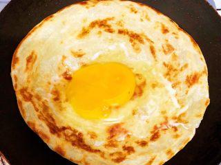 香酥黑椒手抓饼,小火煎至两面金黄,将鸡蛋🥚打到饼皮上煎制,待蛋白发白凝固后,将饼皮翻一个面继续煎制30秒,轻轻晃动锅,避免粘锅变糊,影响口感。