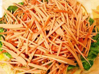 香酥黑椒手抓饼,黑胡椒酱淋完后再铺一层胡萝卜🥕丝和火腿丝。