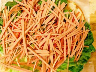 香酥黑椒手抓饼,放完胡萝卜🥕丝将切好的备用火腿丝放置上面。