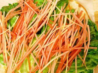 香酥黑椒手抓饼,依次将胡萝卜🥕丝放至生菜叶上。