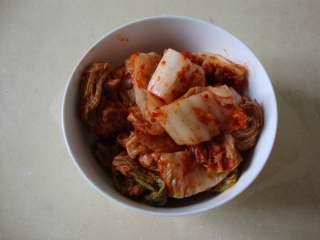 韩式泡菜鸡,辣白菜切成小块,鸡腿块洗净备用