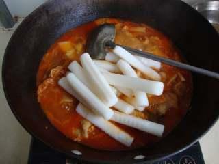 韩式泡菜鸡,改小火,放入年糕条炖制20-30分钟