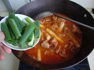 韩式泡菜鸡,撒入香葱段,出香味后关火