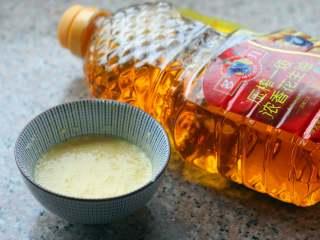 官烧目鱼,调脆炸糊 ,把鸡蛋、淀粉和成稠糊,加盐和多力浓香花生油搅匀,