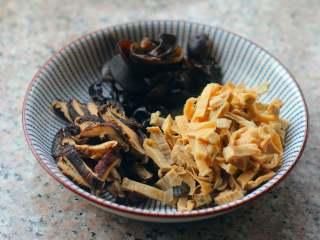 官烧目鱼,冬笋、冬菇、黄瓜切成长条,木耳提前泡水,备用