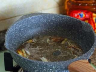 官烧目鱼,烹姜汁、绍兴花调酒、醋、肉清汤,放精盐、白糖。汤沸后,小火煮3分钟