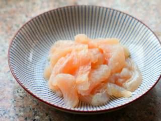 官烧目鱼,再用姜汁,料酒腌渍10分钟,这样可最大化的让鱼条吸收味道。