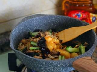 官烧目鱼,倒入目鱼条、冬菇、冬笋、黄瓜颠翻均匀湿淀粉勾芡。