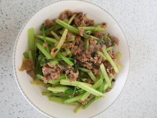 羊肉炒香芹,出锅,盛盘