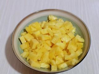 自制零添加菠萝酱,切好的菠萝丁放入大口器具中。