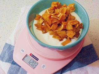 制做简单快捷的下午茶点心【酸奶芒果干麦芬】,称取225克酸奶,将切好的芒果丁放入酸奶中
