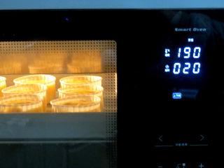 制做简单快捷的下午茶点心【酸奶芒果干麦芬】,放入预热好的烤箱中层 (我是小烤箱放下层),上下火190°烤20分钟