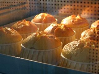 制做简单快捷的下午茶点心【酸奶芒果干麦芬】,请根据自家烤箱习性调整温度和时间,烤至蛋糕熟透顶部颜色金黄