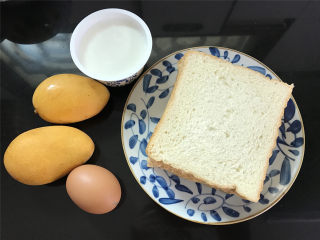 芒果酸奶吐司,准备好材料,吐司4片,芒果2个,鸡蛋1个,酸奶1盒。