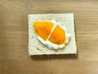 芒果酸奶吐司,取一片吐司,先放上2勺酸奶,再放上芒果。