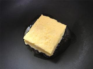 芒果酸奶吐司,平底锅刷一层油,把裹了蛋液的吐司放入锅中。