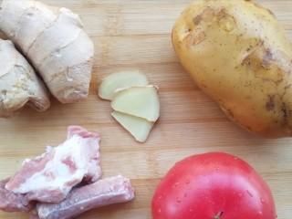 番茄小排土豆汤,准备食材。