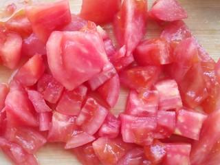 番茄小排土豆汤,切小丁。