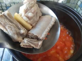 番茄小排土豆汤,将煮好去浮的排骨放入番茄汤中,煮上15分钟。