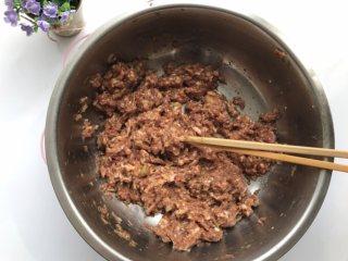 四鲜饺子,醒面期间制作馅料:肉馅加姜末酱油料酒盐糖拌匀,然后加少量水顺时针搅拌至粘稠。
