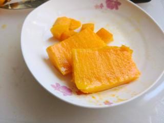 芒果班戟,芒果切块放中间