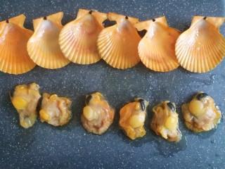 蒜蓉粉丝蒸扇贝(快手版),接着把扇贝壳和扇贝肉分开