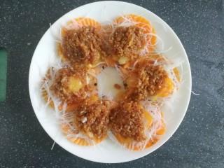 蒜蓉粉丝蒸扇贝(快手版),把煎好的蒜蓉姜末酱汁淋在扇贝上