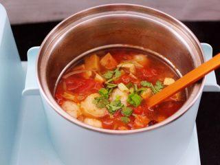 虾滑番茄豆干汤,大火煮沸后即可关火,撒上香菜段和少许蒜苗叶即可。