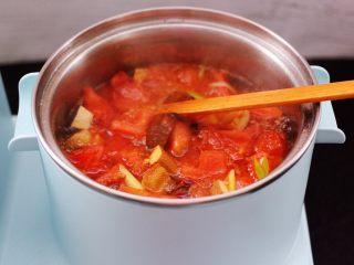 虾滑番茄豆干汤,大火煮沸后,继续炖煮3分钟左右。