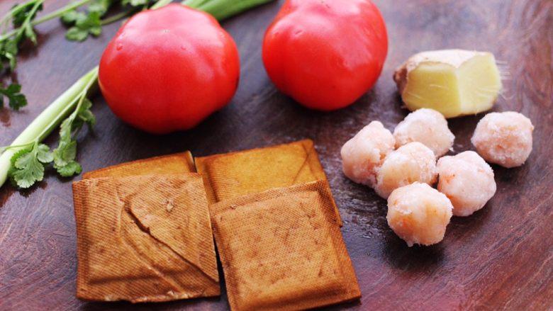 虾滑番茄豆干汤,备齐所有的食材。
