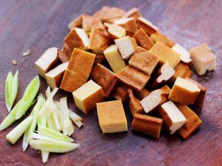 虾滑番茄豆干汤,蒜苗切丝,豆干切成小丁。