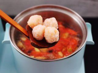 虾滑番茄豆干汤,这个时候加入虾滑,虾滑是我提前做好的,喜欢的亲们可以翻我的菜谱看一下。