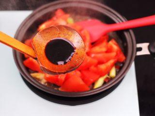 虾滑番茄豆干汤,这个时候加入生抽调色。